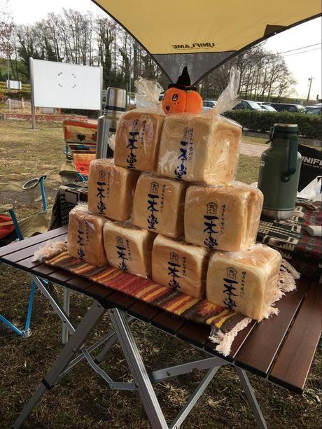 積み上げられた食パン