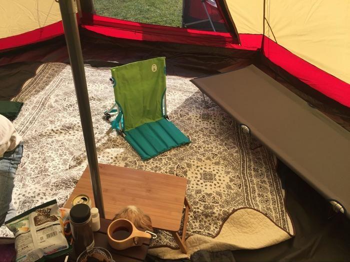 コットや座椅子をおいたテントの中の様子