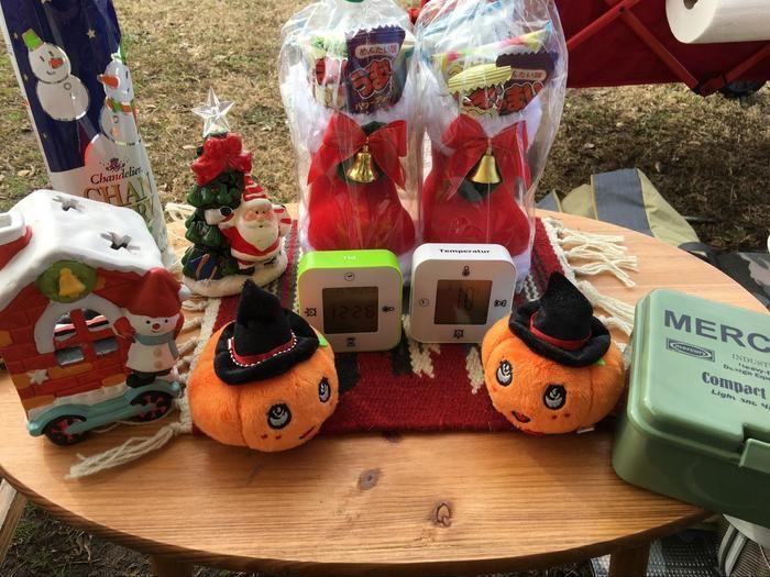 机に並べられたクリスマスやハロウィンのグッズ