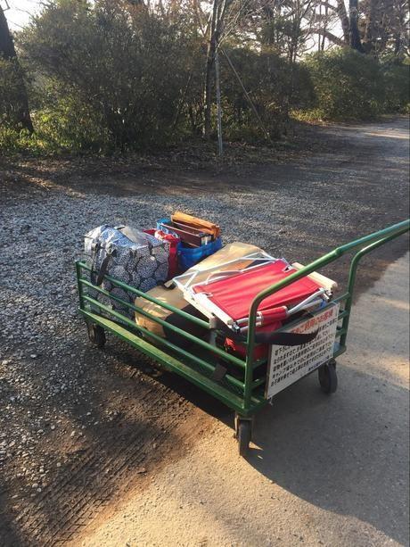 カートに乗ったキャンプ道具