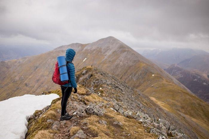 山頂の岩場に立つ人
