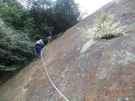 危険箇所を登山する人たち