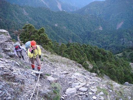 危険箇所のガレ場を登る人