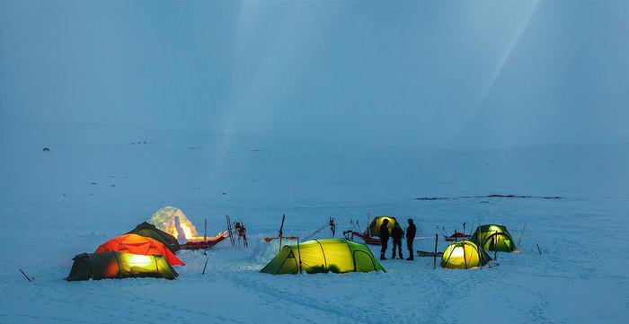 雪の上のヴィクセルテントのテント群