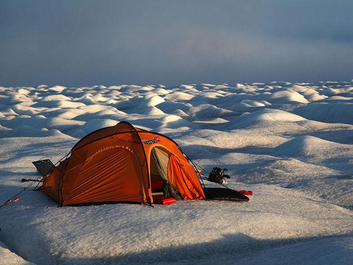 雪の上に張ったヴィクセルテント