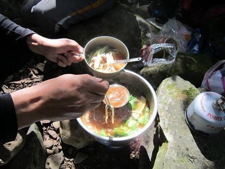 鍋から料理をすくう人