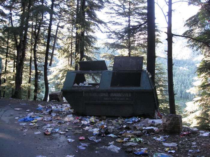 山道に散乱したゴミ