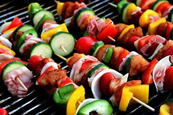 串に刺した肉と野菜を焼く様子