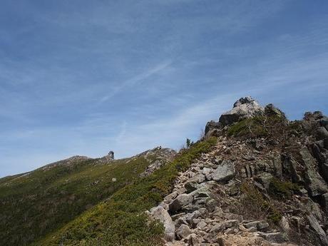 尾根の山頂付近の岩場