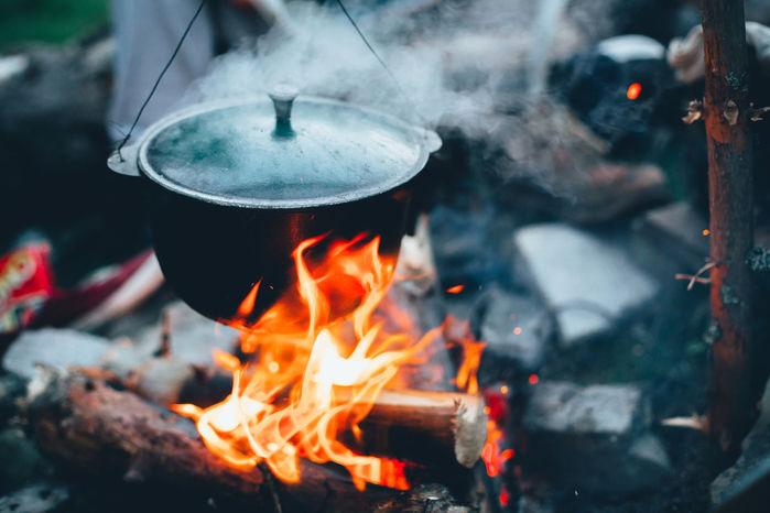 焚き火で料理をする様子