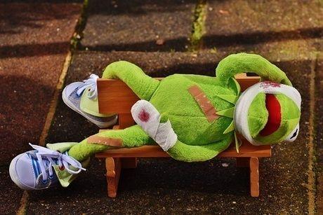 けがをしたカエルの人形