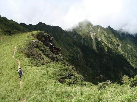 山を登る男性