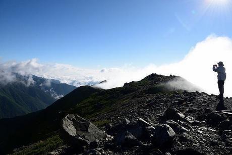 山の上でカメラを構える人
