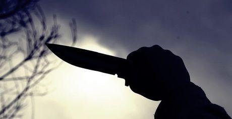 空にナイフをかざしている様子
