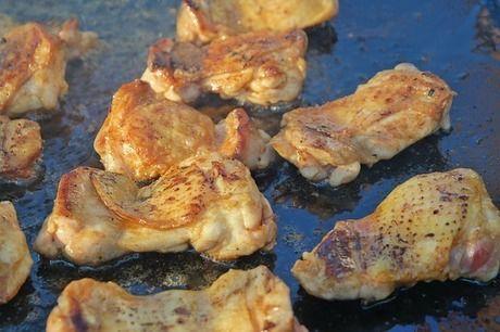 鉄板の上に置かれた焼きあがったお肉