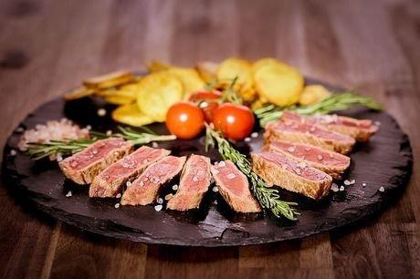 お皿の上に盛られた豚肉