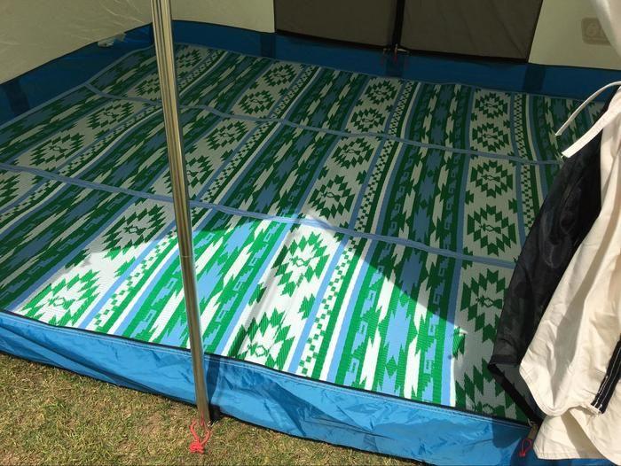 テントの内一面に敷かれたラグ