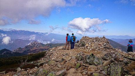 金峰山の頂上からの景色を眺める人