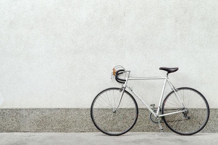 白い壁の前に止められたロードバイク