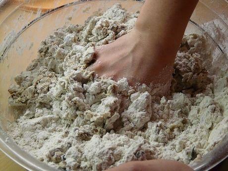 小麦粉をこねる様子