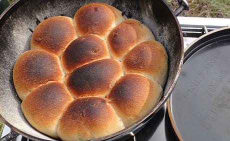 ダッチオーブン内の焼きあがったロールパン