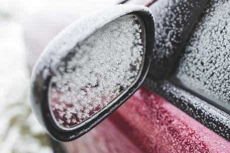 凍結している車の窓とサイドミラー