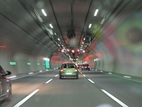トンネルを走る車