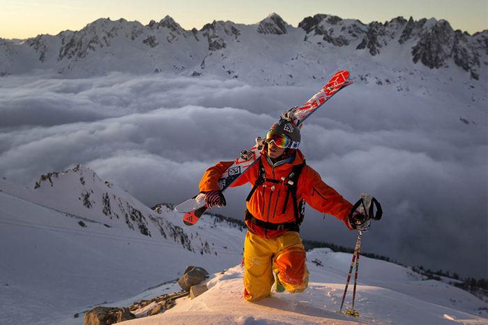 ノローナのジャケットを着て山を登る男性