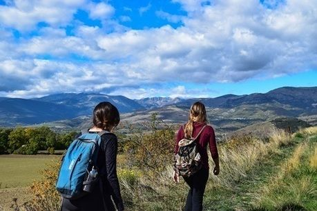 ハイキングを楽しむ人