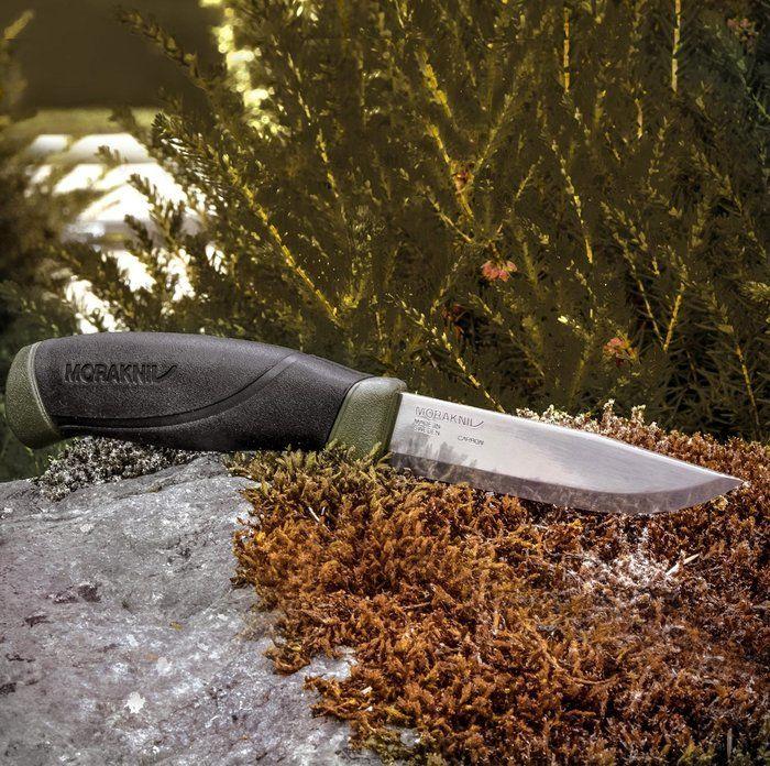 岩の上に置かれたナイフ