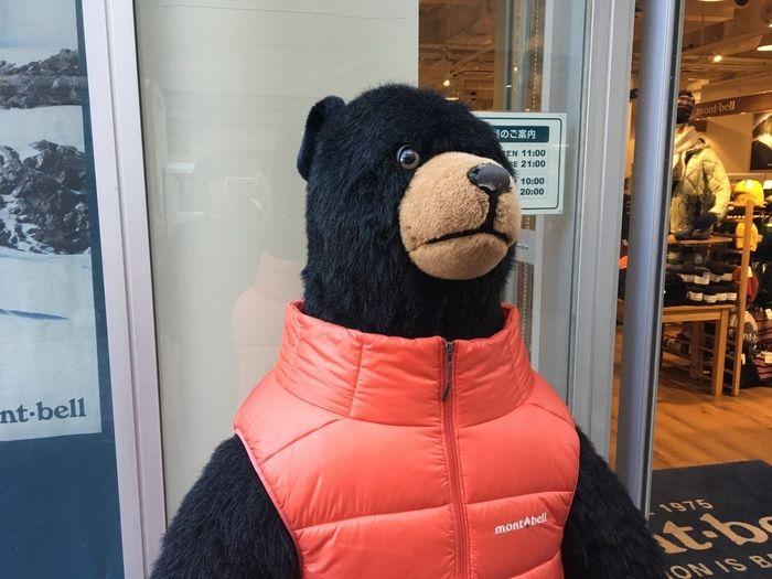 モンベルのダウンベストを着る店頭のクマ