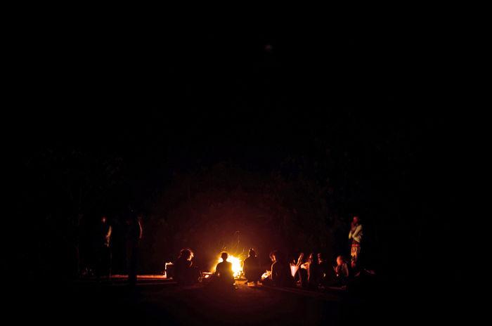 キャンプ場での焚き火の様子