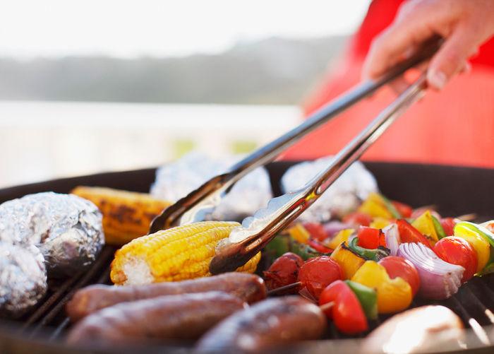 鉄板で焼かれた下準備された食材から出来た簡単で美味しい料理
