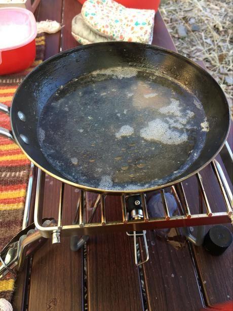 調理器具を煮沸しなおす様子