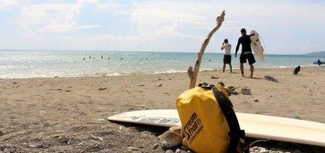 ビーチに置かれたストリームトレイルのバック
