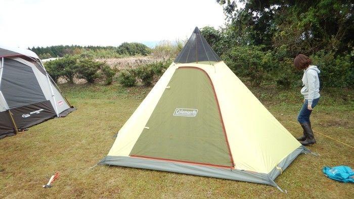 メインポールがセットされ立ち上がったテント