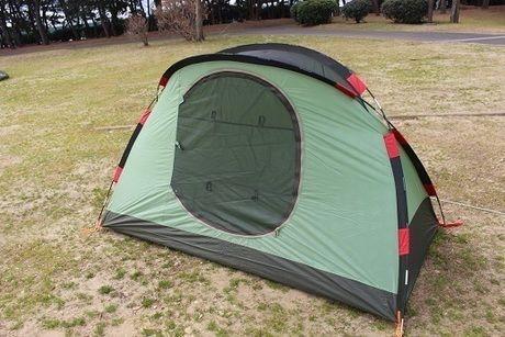 ポールを通して立ち上がったテント