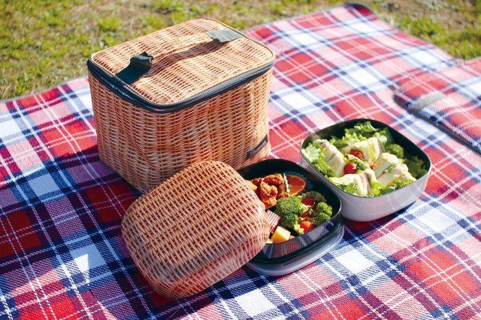 ピクニックでスパイスのファミリーランチボックスを使う様子