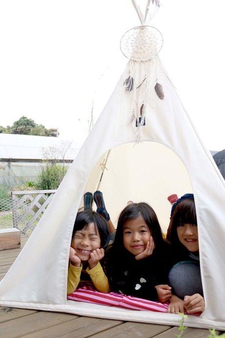 スパイスのFESTA HOME TEEPEE TENTに入る子供達