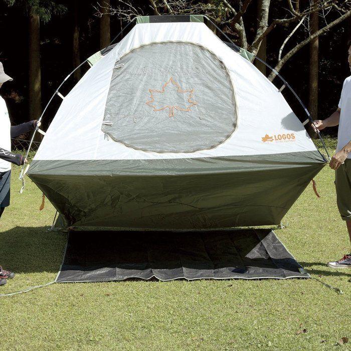 グランドシートが敷かれたテント