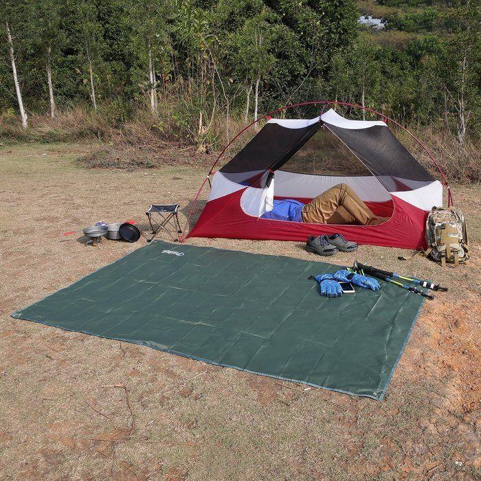 地面に敷かれたビニールシートとテント