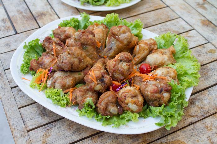 分離型バーナーと少ない材料で出来る鶏手羽元の本格的な照り煮込み料理の写真