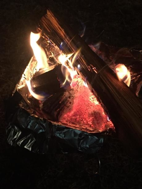 夜間に焚く焚火