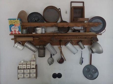 棚に収納されている調理器具