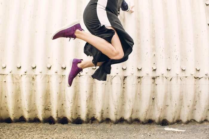 Tevaのスニーカーを履いてジャンプをする女性