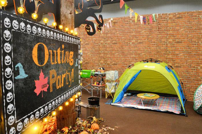 ロゴスの新製品展示会の看板とテント