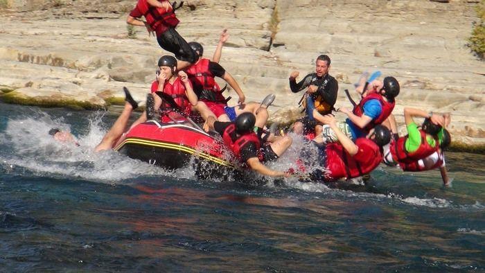 ボートから川に飛び込む人々