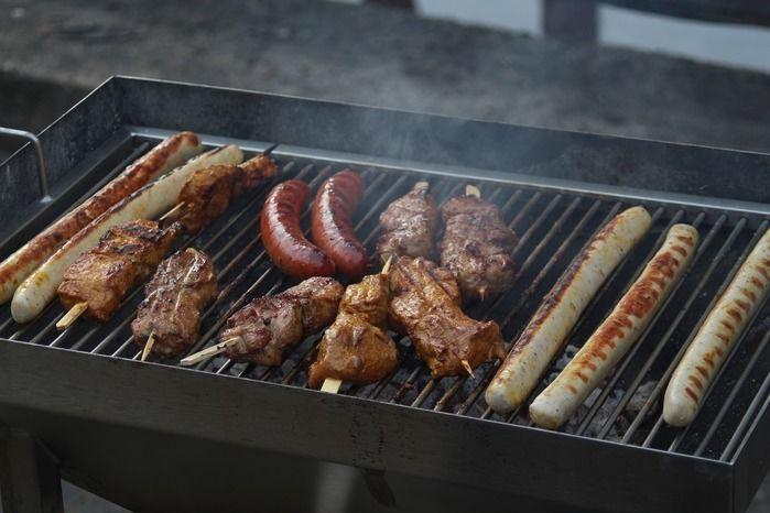 グリルで焼かれた肉とソーセージ