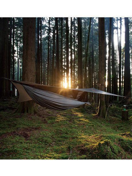 森の中にあるハンモックテント