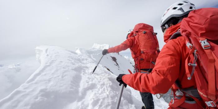 マムートのジャケットを着て登山をする男性
